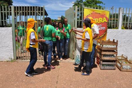 Endemias distribui  crotalária para prevenir o aedes